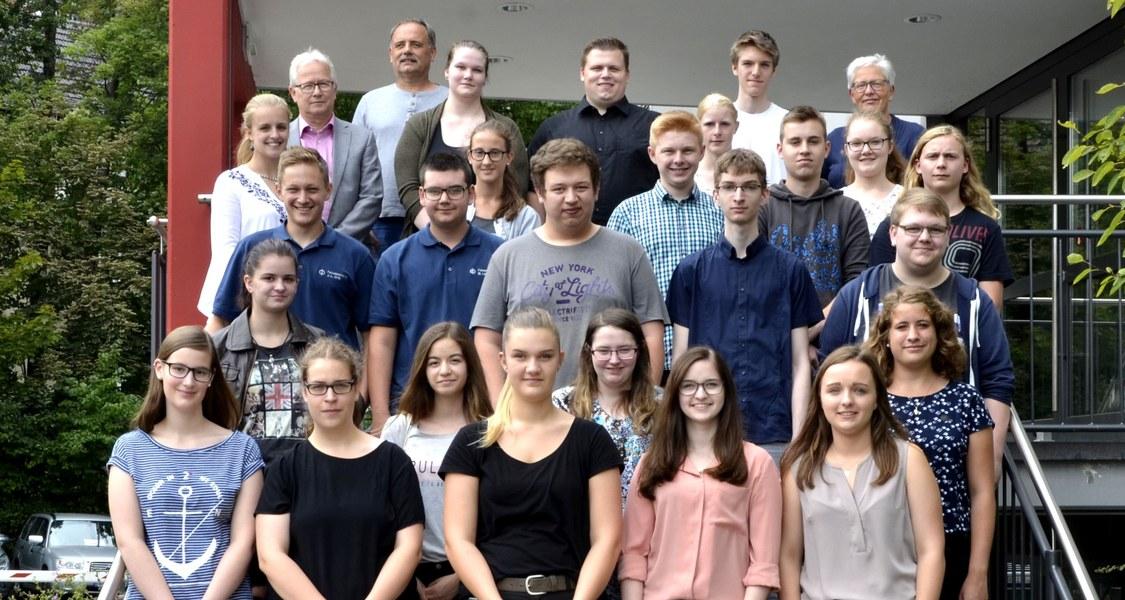 28 neue Auszubildende, Dezernatsleiter der Personalabteilung, Manfred Hofmann, und Ausbildungsleiterin Vera Payer.