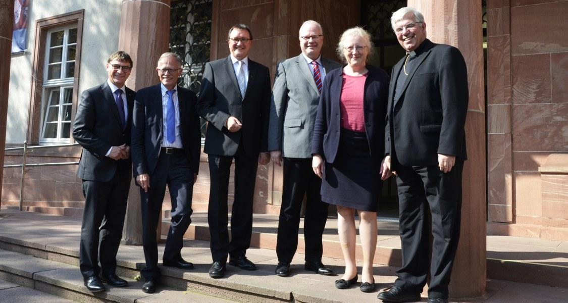 Gruppenfoto mit Amtsträgerinnen und Amtsträgern vor dem Hessischen Staatsarchiv