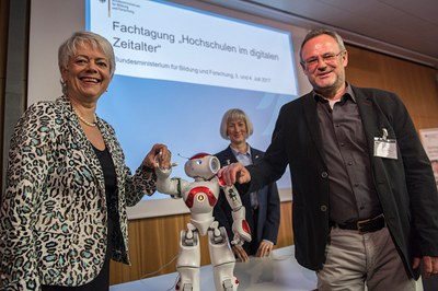 Szene mit Roboter Nao und Keynote-Speaker Jürgen Handke