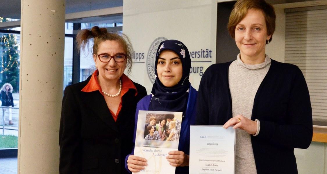 Preisträgerin, Laudatorin und Vizepräsidentin mit Urkunde zum DAAD-Preis