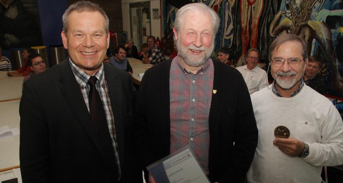 Gruppenfoto mit Oberbürgermeister, Geehrte halten Urkunden und Stadtsiegel in den Händen