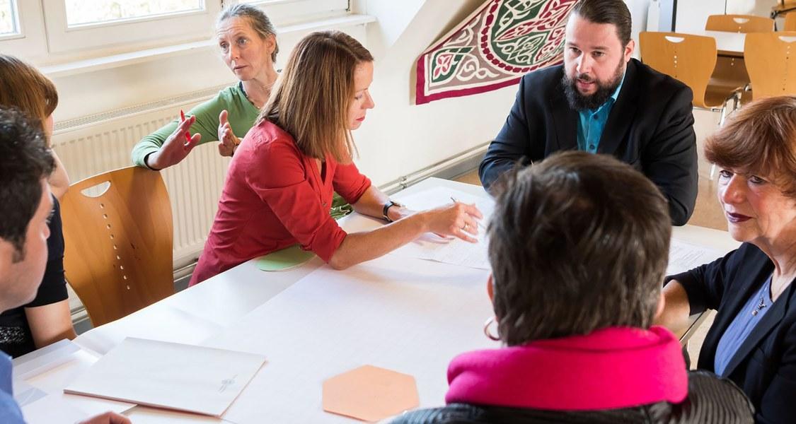 Foto von Beschäftigten der Universität in einem Workshop