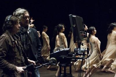 Kamerafrau und Regisseur, im Hintergrund Tänzerinnen