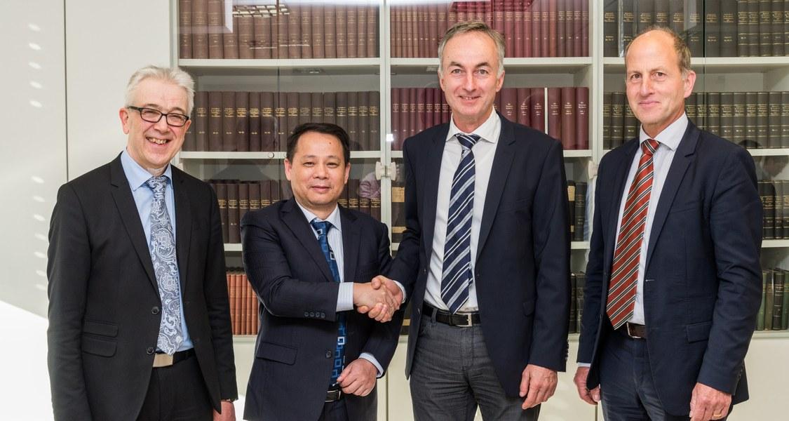 Foto von der Unterzeichnung der Kooperationsvereinbarung