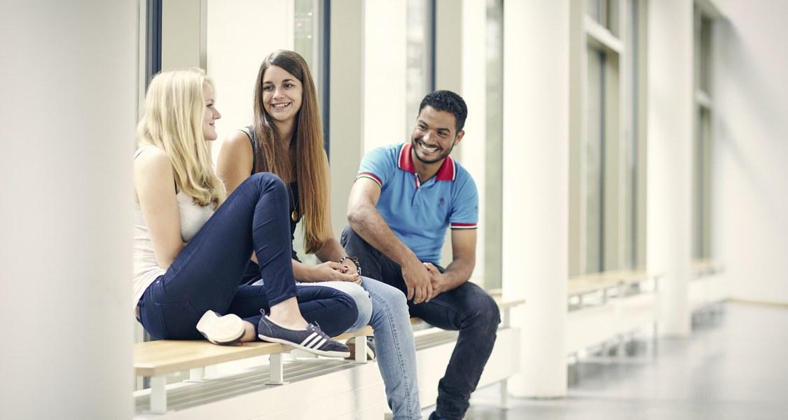 Studierende an der Universität Marburg unterhalten sich