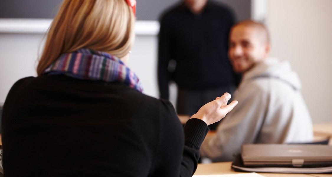 Studierende diskutieren miteinander im Seminarraum