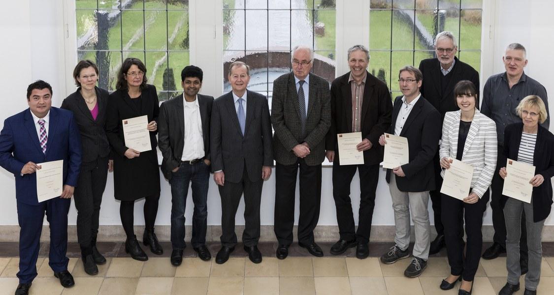 Gruppenfoto mit Stiftungspartnern und Wissenschaftlerinnen