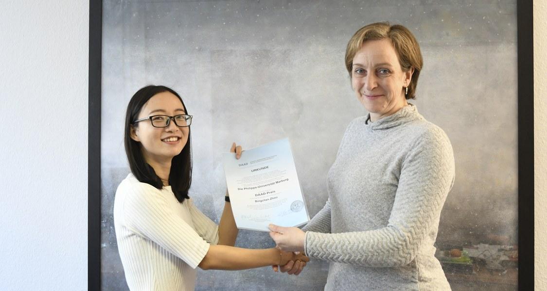 Foto der Vizepräsidentin mit der Preisträgerin
