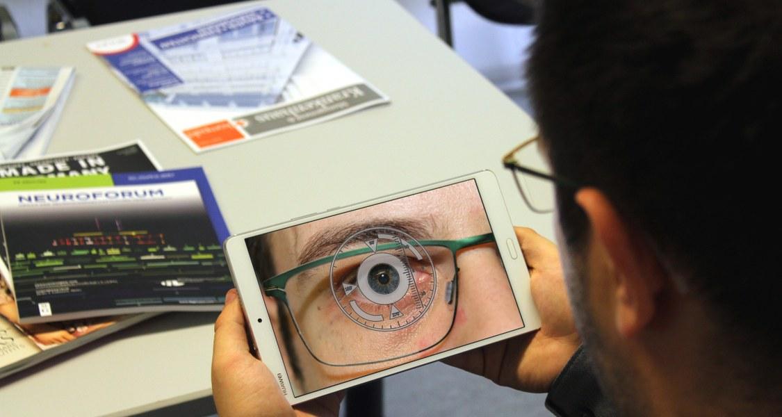 Foto von Proband mit einem Tablet