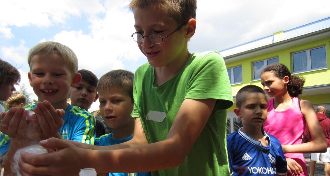 Kinder beim Experiment mit Trockeneis