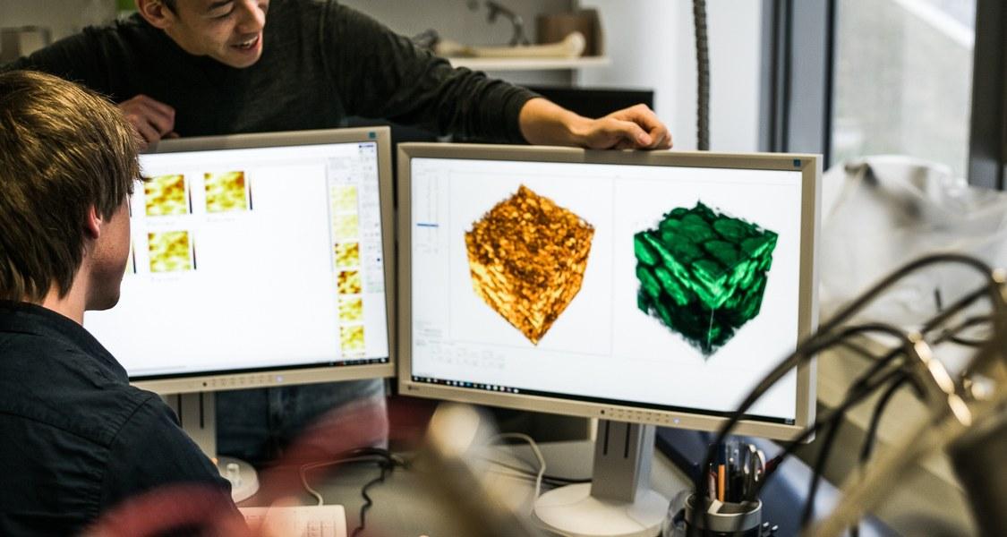 Foto von der Analyse einer Festkörperbatterie