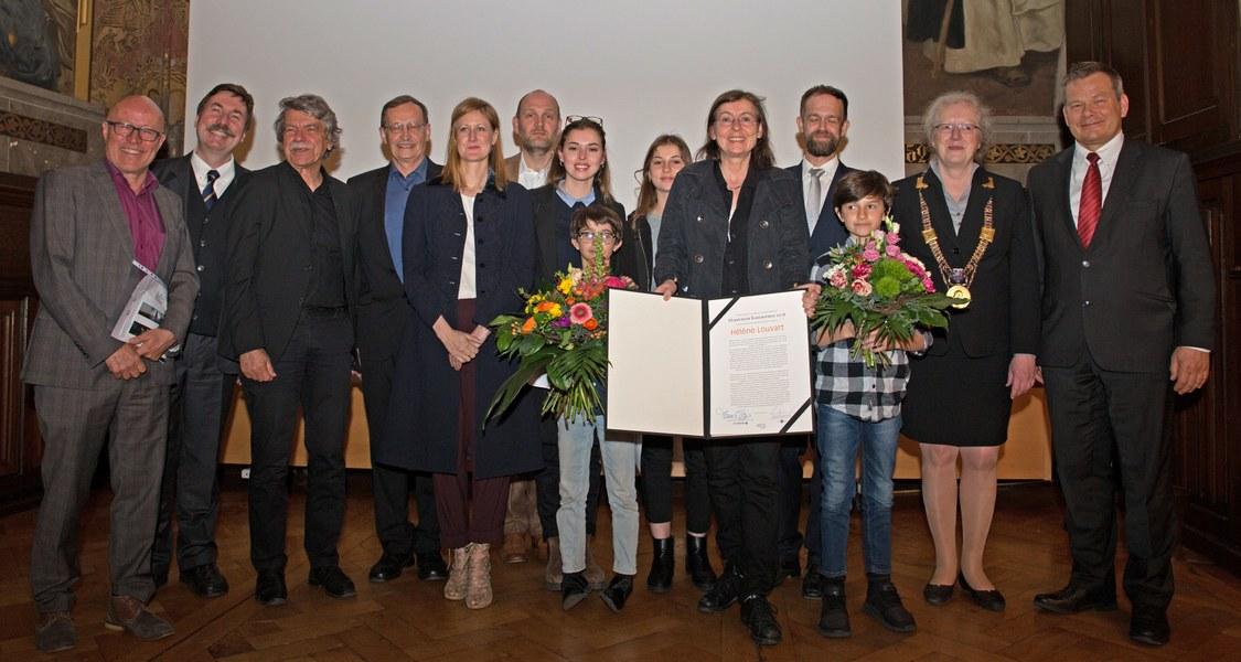 Gruppenfoto mit Preisträgerin und Honoratioren