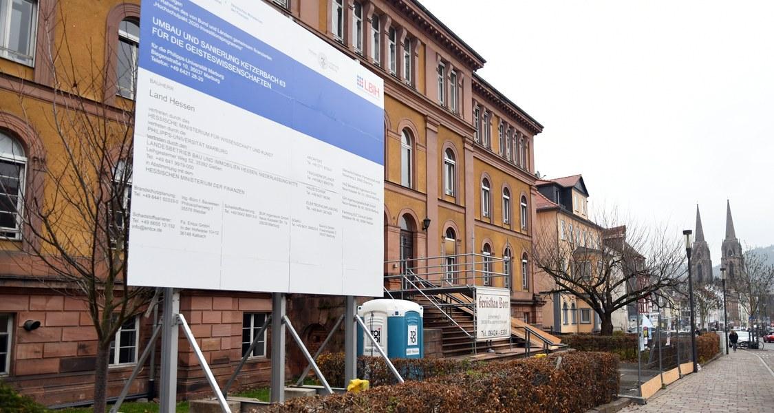Blick auf das ehemalige Pharmaziegebäude in der Ketzerbach 63. Im Hintergrund die Straße Ketzerbach und die Elisabethkirche