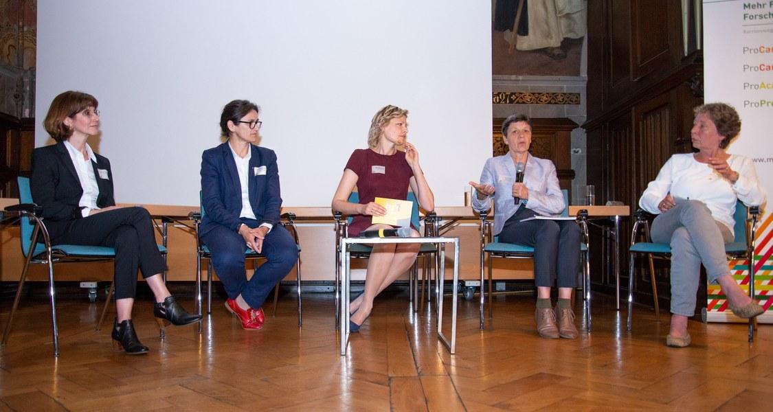 Gruppenfoto der Teilnehmerinnen der Gesprächsrunde