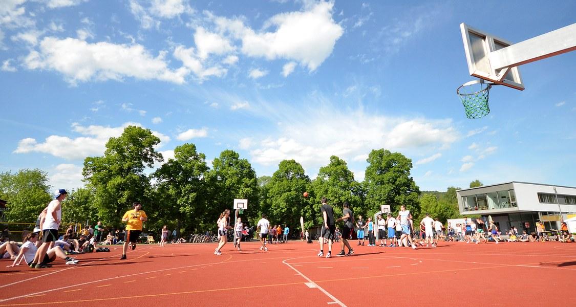 Blick auf ein Basketballfeld im Jahnstadion
