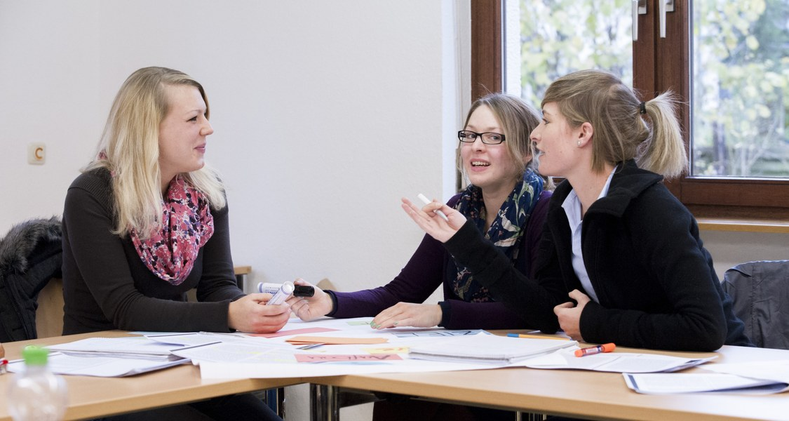 Foto von Studierenden, die über ihre Lehre sprechen