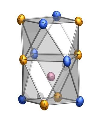 Ein exzentrisches Molekül: Der asymmetrische Cluster aus Kobalt (rot), Zinn (gelb) und Antimon (blau) ist zuvor noch nie beobachtet worden.