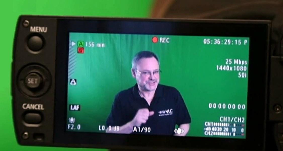Blick auf Display einer Videokamera, Prof. Handke im Bild