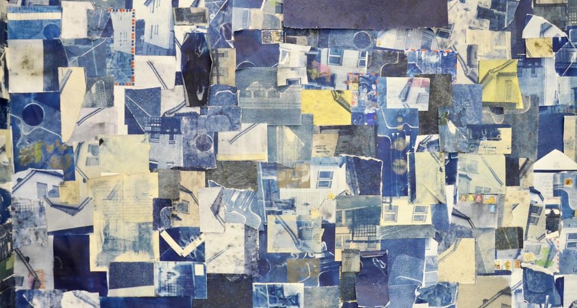 Collage in verschiedenen Denim-Tönen aus einzelnen Fotos und Papieren, die Gebäude und Gegenstände zeigen.