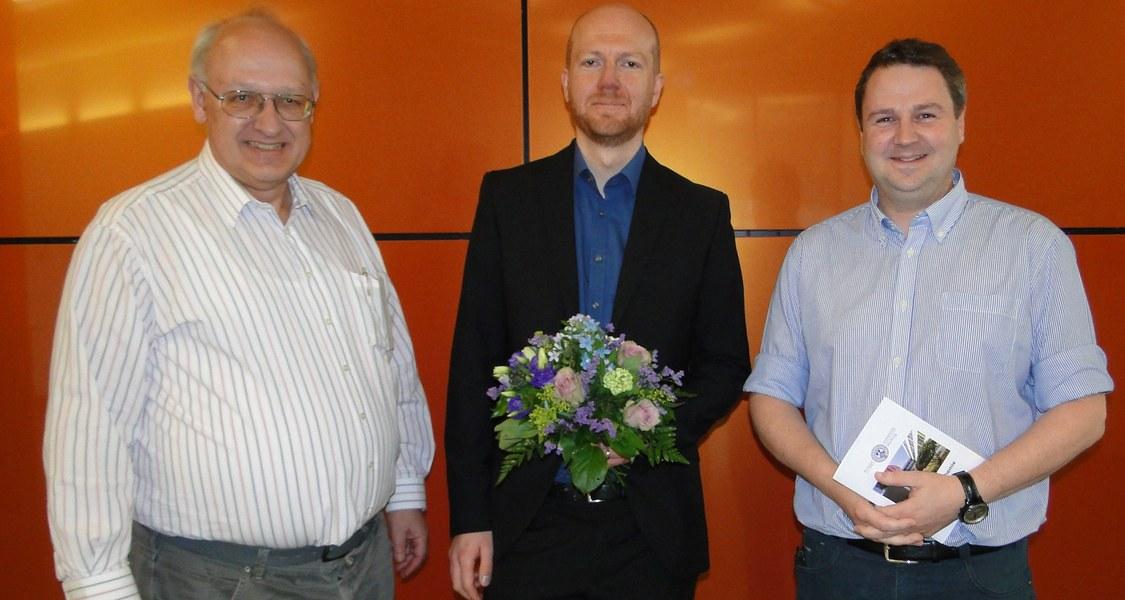 Gruppenfoto: Dr. Magnus Buchner (Mitte), Dekan des FB Chemie der Philipps-Universität Marburg, Prof. Dr. Norbert Hampp (links), Prodekan Prof. Dr. Florian Kraus (rechts).