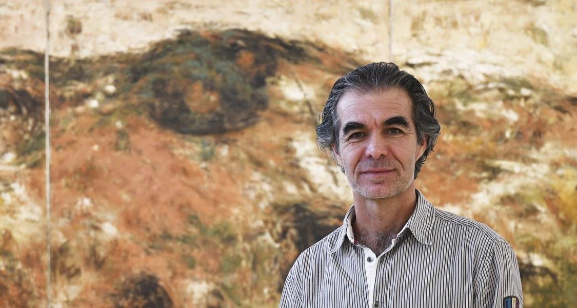 Foto des Künstlers vor einem seiner Werke