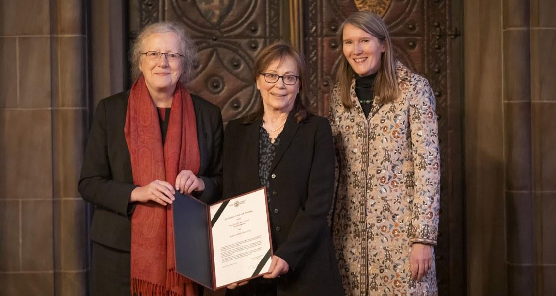 Porträtaufnahme: Universitätspräsidentin Prof. Dr. Katharina Krause (links), die Brüder-Grimm-Preisträgerin Prof. Dr. Maria Tatar (Mitte) und die Laudatorin Prof. Dr. Marion Schmaus (rechts) bei der Verleihung des Brüder Grimm-Preises.