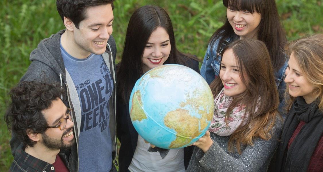 Gruppenfoto mit ausländischen Studierenden und Globus