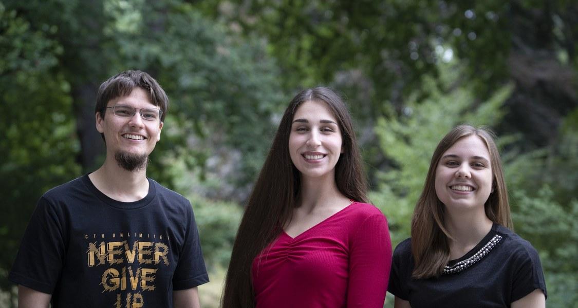 Gruppenfoto mit zwei Stipendiatinnen und einem Stipendiaten