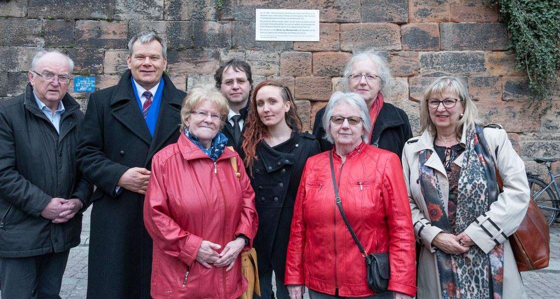 Gruppenfoto vor der Gedenktafel