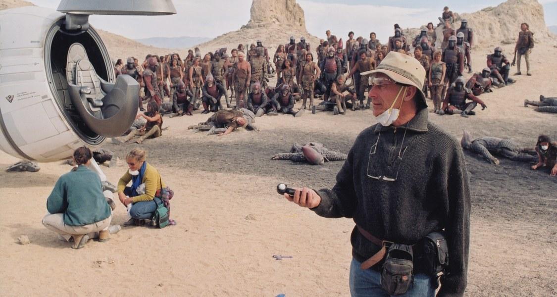 Philippe Rousselot im Vordergrund einer Wüstenszene mit vielen Menschen im Hintergrund