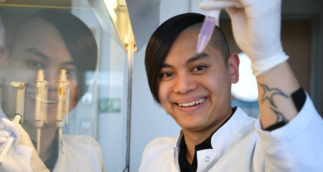 Nachwuchswissenschaftler Maik Luu an der Sterilwerkbank, wo seine bisherigen Projekte entstanden sind.