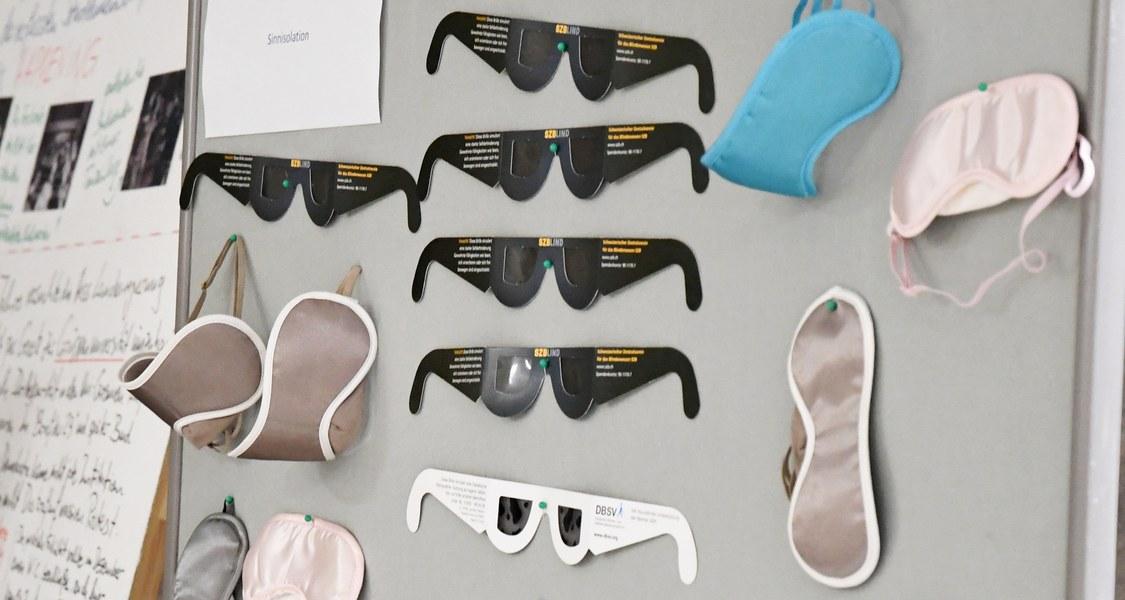 Stellwand mit verschiedenen Simulationsbrillen