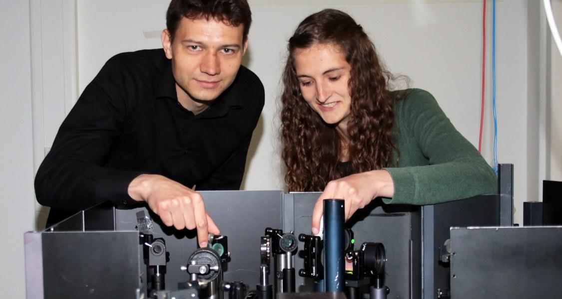 Markus Stein und Leonie Marie Gomell bereiten das Experiment vor.