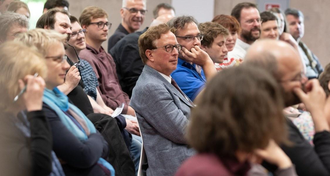 Gruppenfoto mit Menschen in einem Zuschauerraum