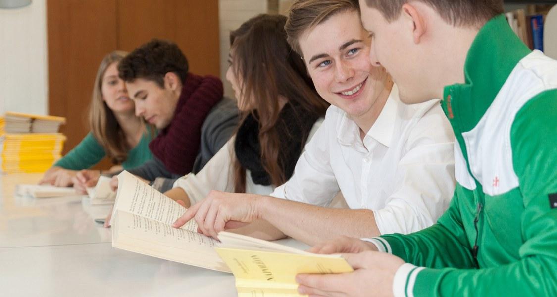 Gruppenfoto mit lächelnden Studierenden