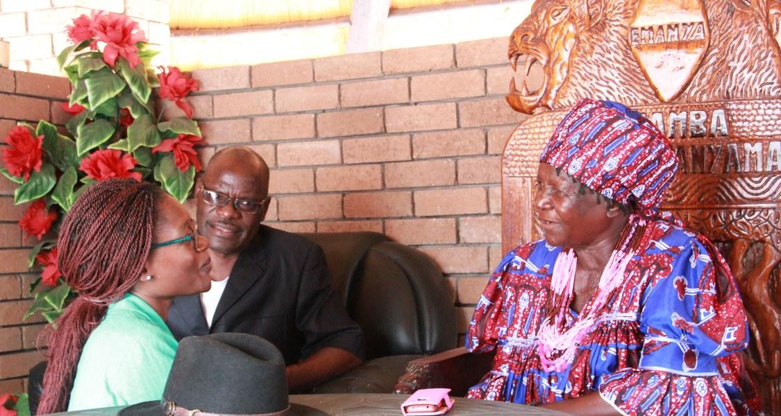 Martha Nelumbu (rechts), Königin der Oukwanyama, empfängt in ihrer Residenz die Forschungsassistentin Parista Mengela Logonda.