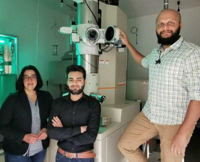 Sie nutzen ausgeklügelte mikroskopische Methoden, um die Grundlage für bessere Batterien zu schaffen (von links): Professorin Dr. Kerstin Volz, Shamail Ahmed und Dr. Anuj Pokle vor dem Raster-Transmissionselektronenmikroskop am Wissenschaftliche Zentrum für Materialwissenschaften der Philipps-Universität Marburg.