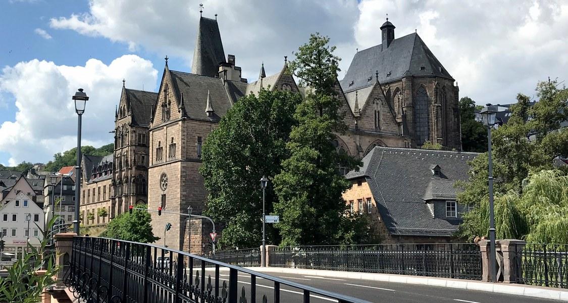 Panoramaaufnahme der Alten Universität mit Blick über die Weidenhäuser Brücke