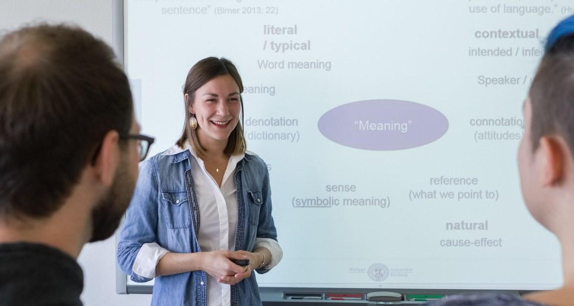 Foto von Studierenden an einem Smartboard