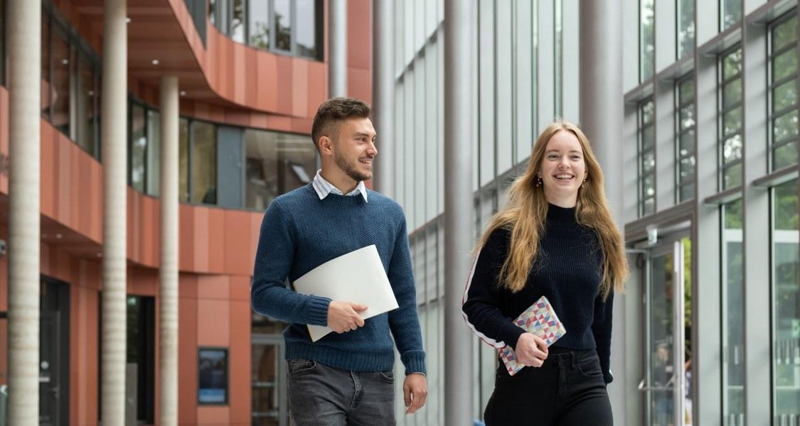Foto von zwei Studierenden