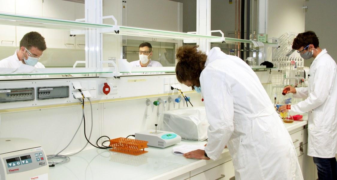 Blick ins Labor mit Studierenden mit Mund-Nasen-Bedeckung