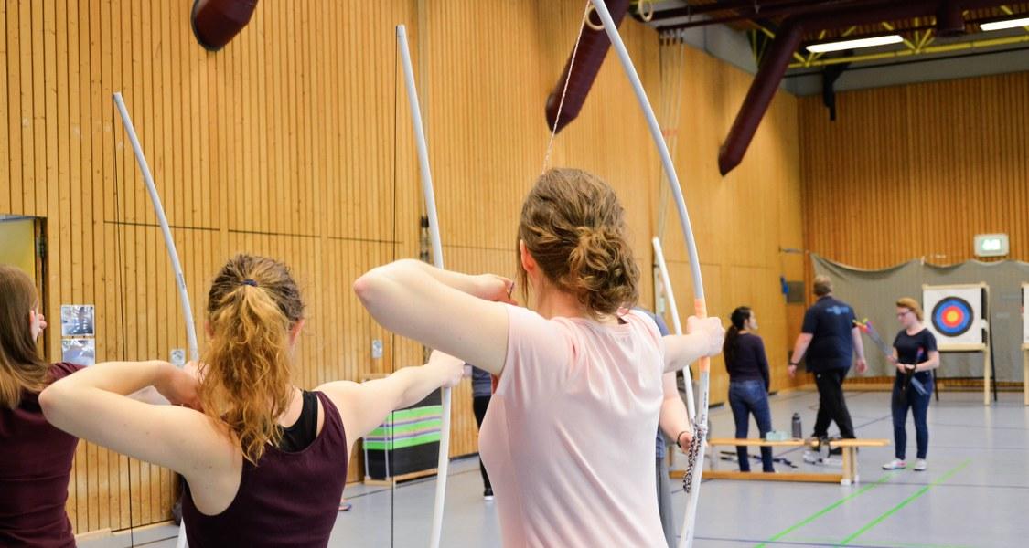 Studierende beim Bogenschießen