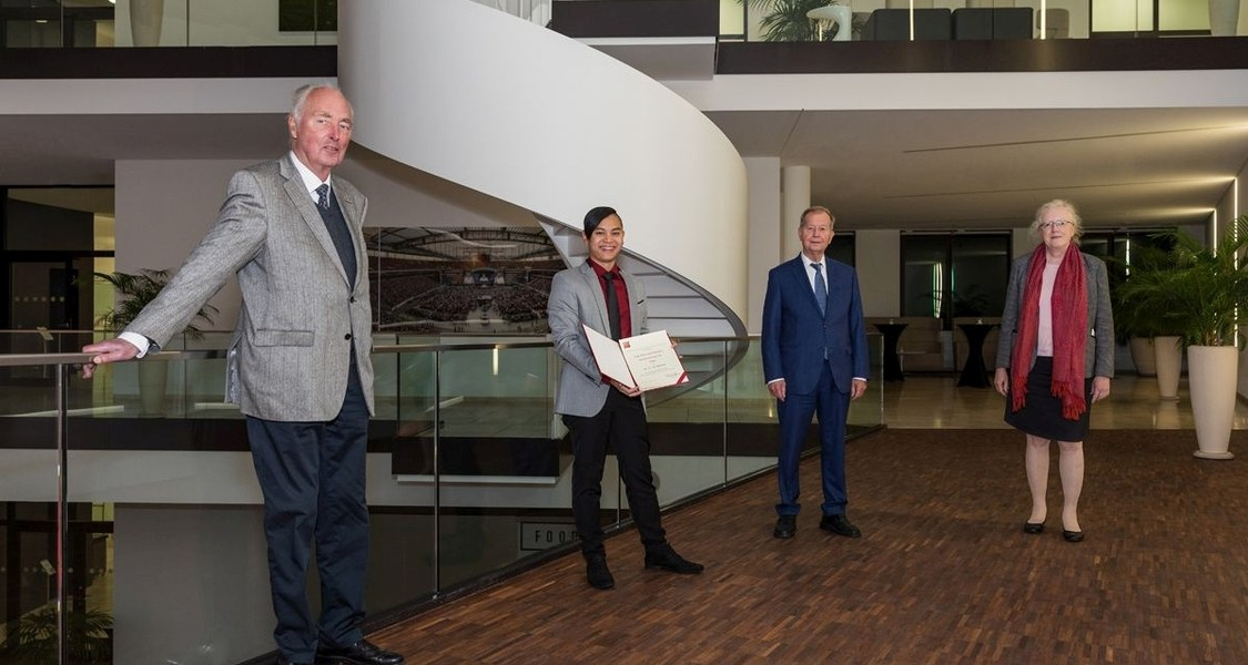 Gruppenfoto, Maik Luu hält Urkunde in den Händen