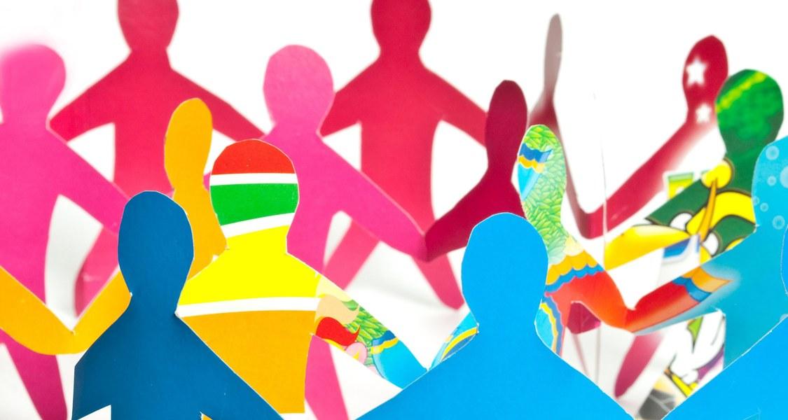 Zusammenleben fördert interkulturelle Kompetenz und trägt so zur Abnahme von Gewalt bei, hat ein Team um den Sozialwissenschaftler Ulrich Wagner (kleines Bild unten) herausgefunden.