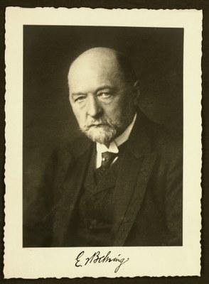 Portraitfoto in Schwarzweiß