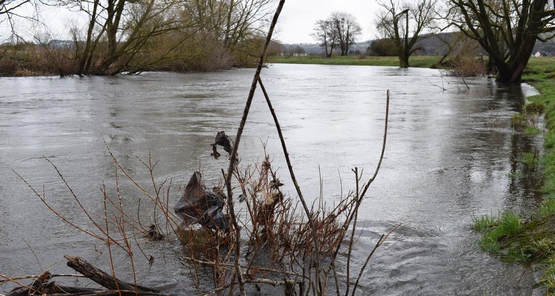 Ein Hochwasser wie hier im Jahr 2019 an der Lahn bei Wetzlar schwemmt Plastikteile in die Flussaue. Marburger Geographen ermittelten, wie sich die angelandeten Partikel im Boden verteilen.