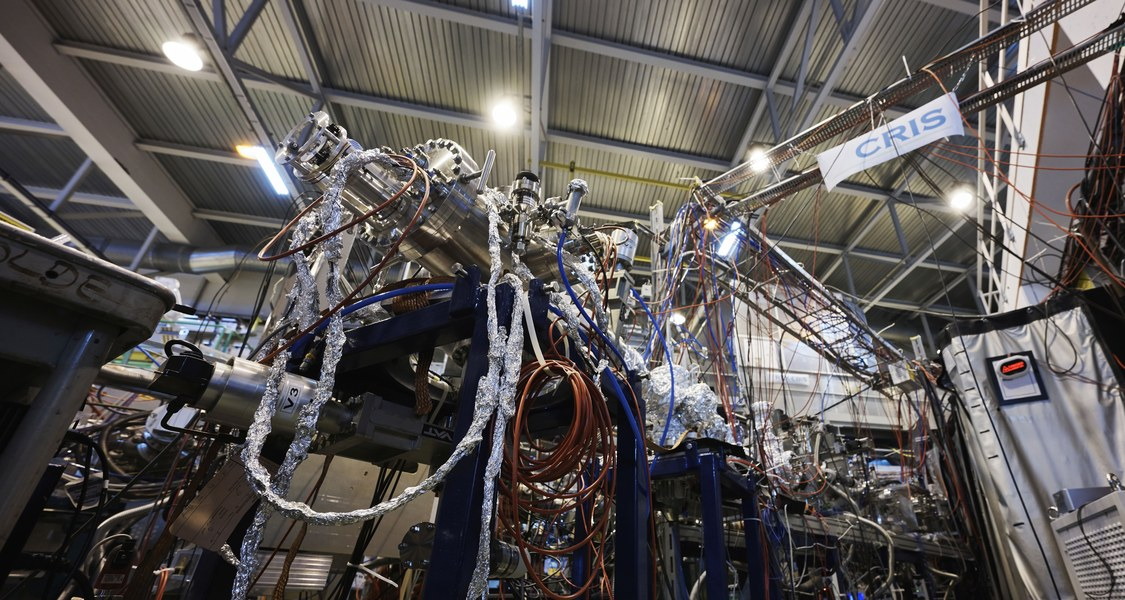 Sollen doch Moleküle die Arbeit machen! Am Ionenseparator ISOLDE des europäischen Kernforschungszentrums CERN führte das internationale Team um Ronald Fernando Garcia Ruiz und Robert Berger (kleines Bild) erstmals laserspektroskopische Untersuchungen eines kurzlebigen radioaktiven Moleküls durch.