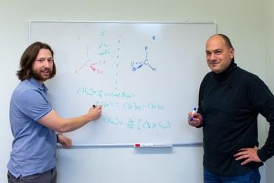 Konstantin Gaul und Robert Berger rechneten nach, ob chirale Moleküle dazu taugen, Dunkle Materie aufzuspüren.