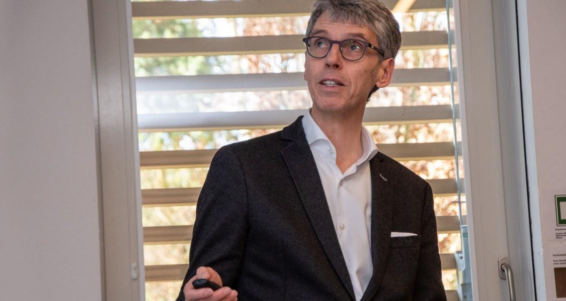 Stephan Becker leitet das Institut für Virologie an der Philipps-Universität.