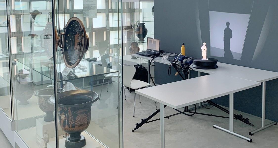 Terrakotta-Figur auf Tisch, Scan-Vorrichtung und PC daneben